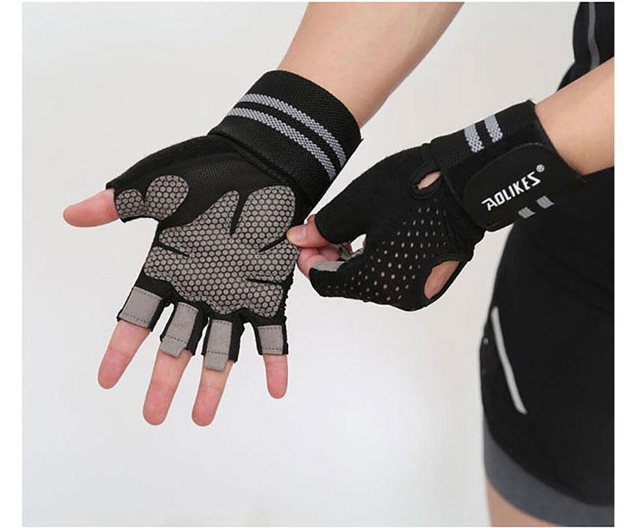 Mặt dưới lót miếng silicon đảm bảo an toàn cho bàn tay, không đau ráp, tránh tổn thương khi tập luyện