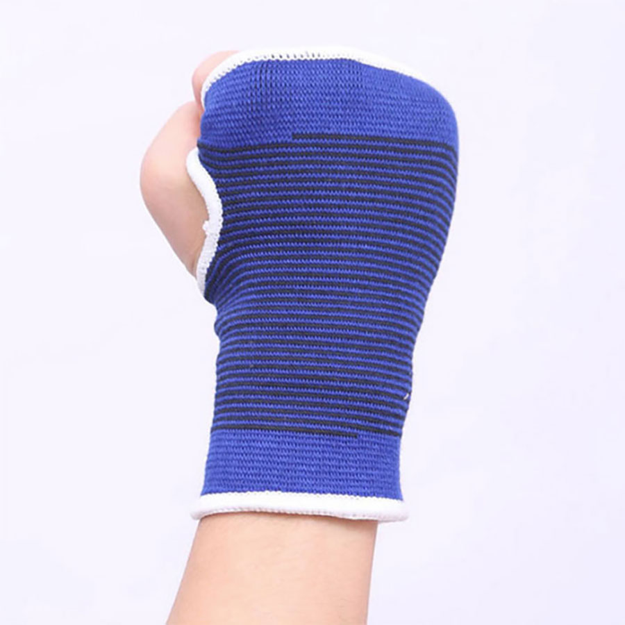 Có lỗ tròn trên găng hở ngón tay cái để cầm nắm/ Tập luyện