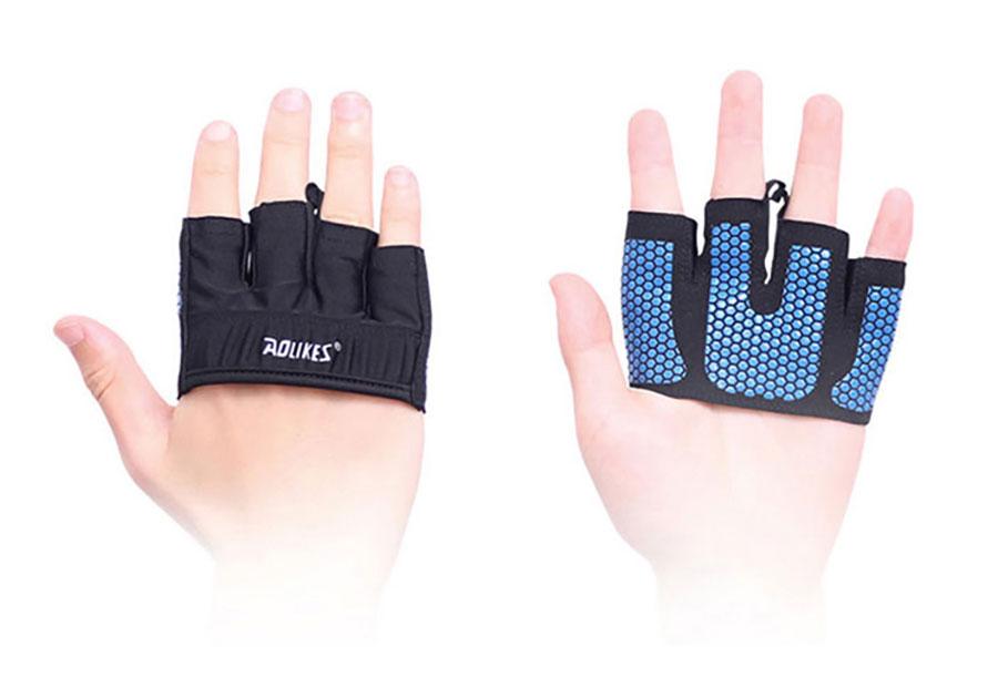 Găng tay tập gym được làm từ chất liệu: Vải thun co giãn + Silicon