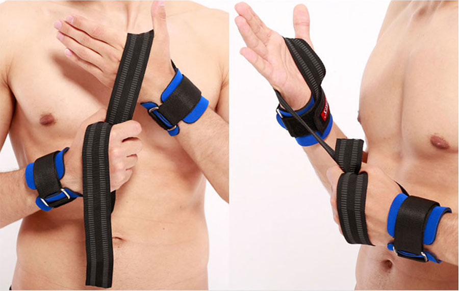 Đặt cổ tay vào miếng đệm trên dây kéo trợ lực cổ tay giúp giữ cố định cổ tay