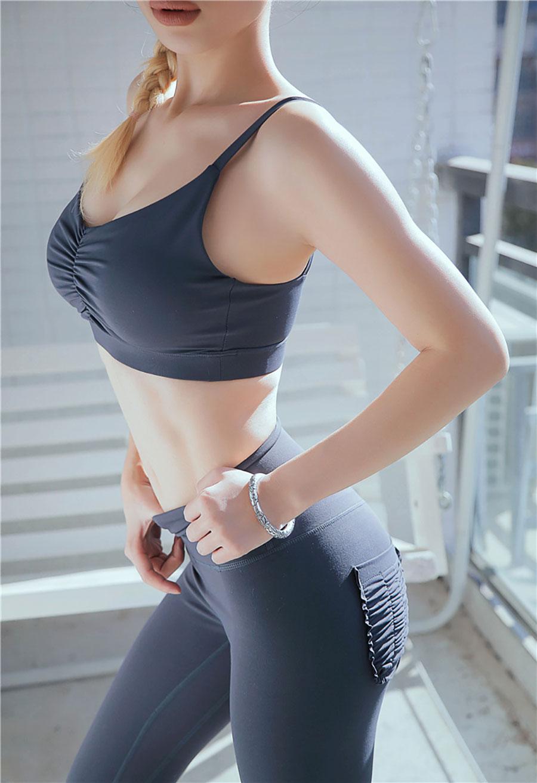Áo bra thể thao được làm từ chất liệu Polyester pha với Spandex nên co giãn đa chiều