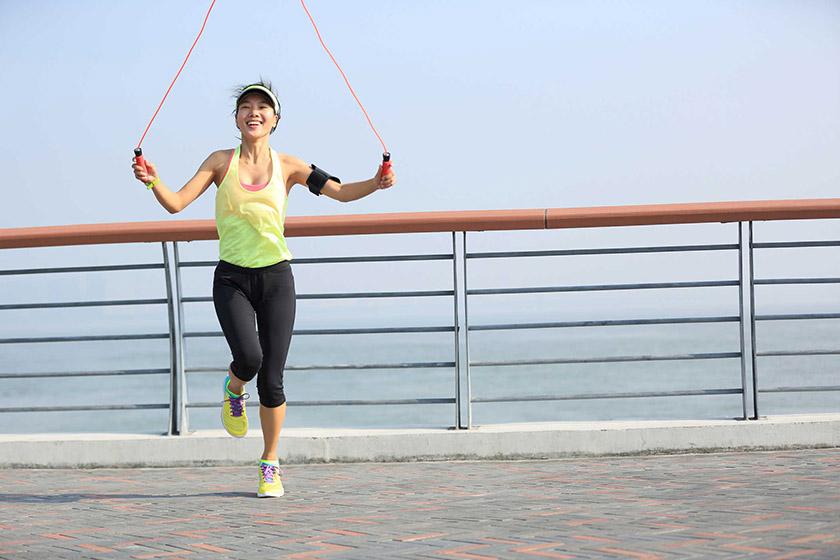 Nhảy dây giúp thu nhỏ bắp chân tương tự như động tác chạy bộ
