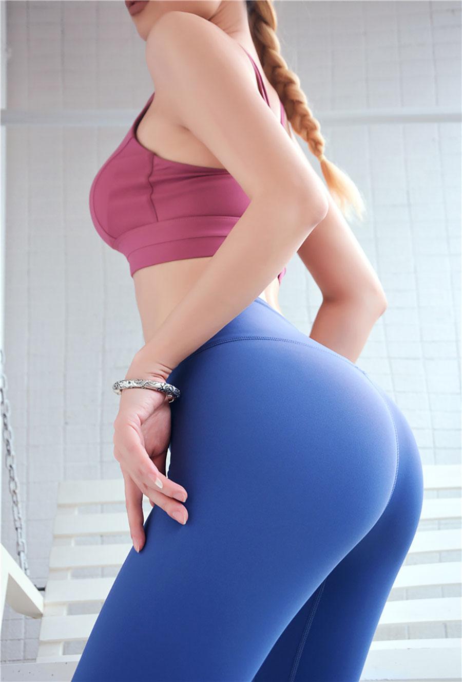 Quần được thiết kế dành cho thể thao nên có độ dày vừa phải, bó cơ tốt, mang lại cảm giác thoải mái cho người mặc.