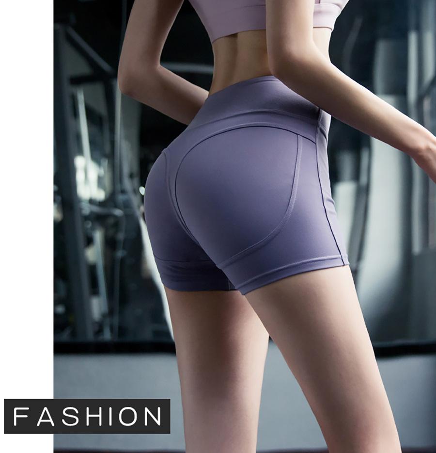 Màu quần short tập Gym trung tính nên có thể đi kèm với nhiều kiểu áo: Tanktop, Croptop, áo thun,...
