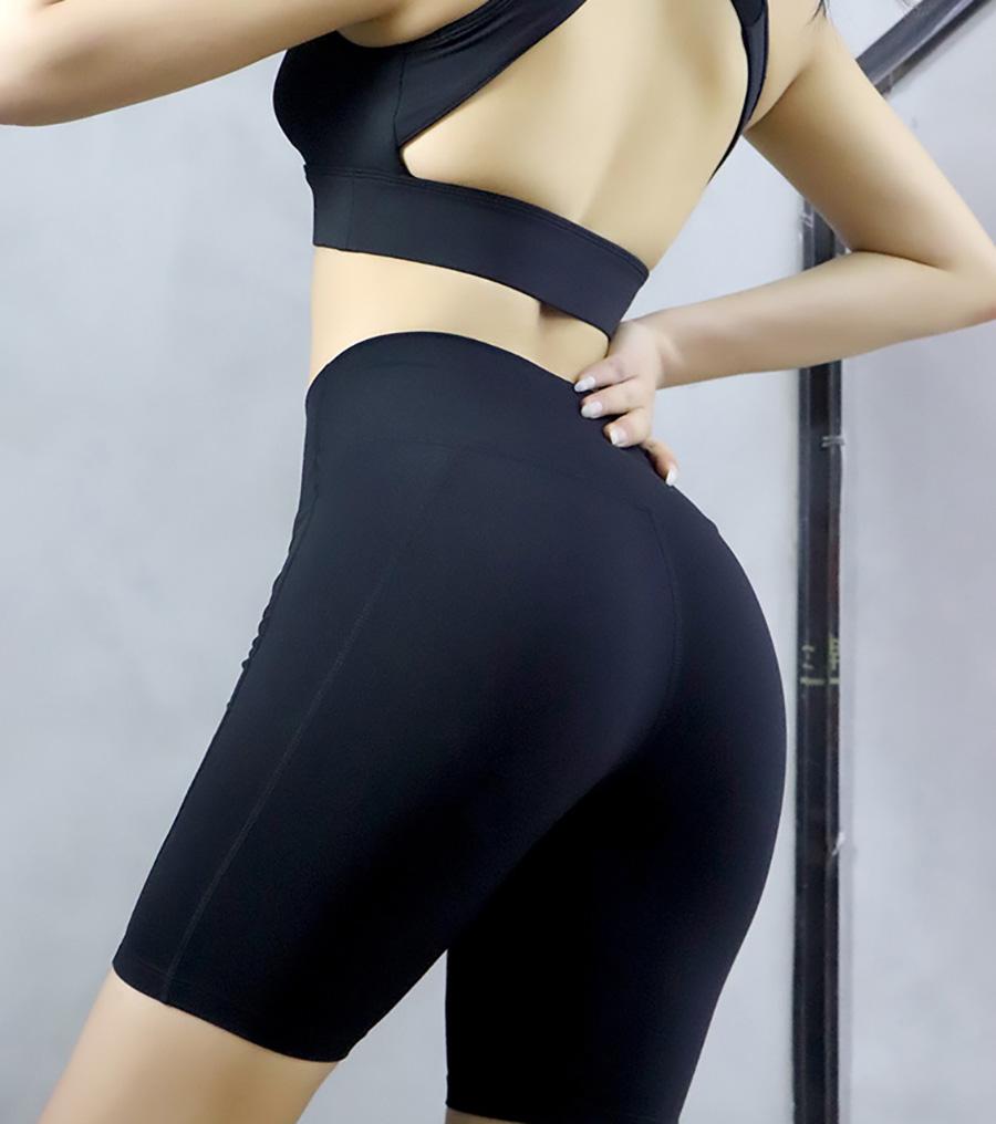 Chiếc quần short được thiết kế theo kiểu dáng đơn giản