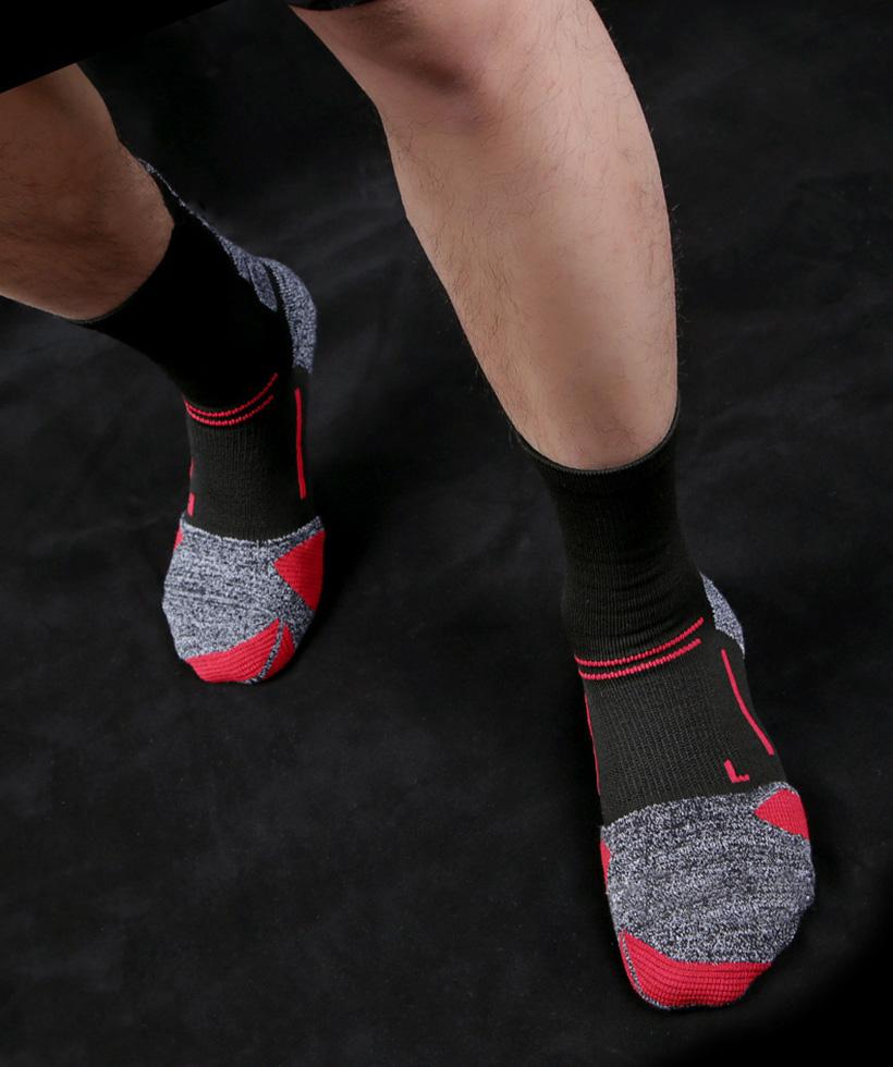 Phần cổ chân tất thiết kế nhỏ lại ôm lấy cổ chân